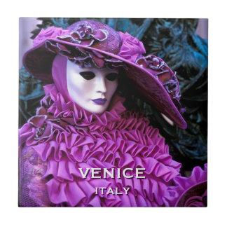 Mujer enmascarada veneciana con el gorra púrpura azulejo cuadrado pequeño