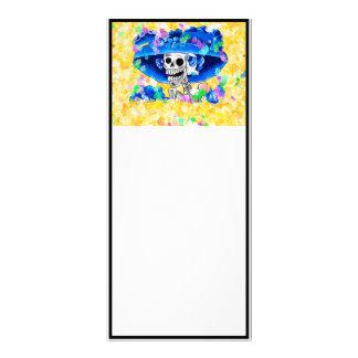 Mujer esquelética de risa en capo azul en amarillo tarjetas publicitarias a todo color