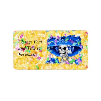 Mujer esquelética de risa en capo azul etiqueta de dirección
