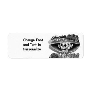 Mujer esquelética de risa en capo etiqueta de remite
