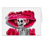 Mujer esquelética de risa en capo rojo