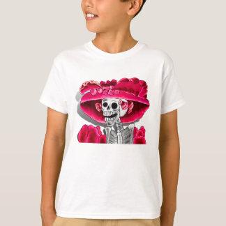 Mujer esquelética de risa en capo rojo camiseta