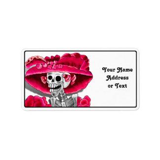 Mujer esquelética de risa en capo rojo etiquetas de dirección
