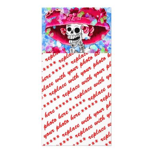 Mujer esquelética de risa en capo rojo tarjeta fotografica
