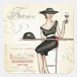 Mujer francesa que bebe el vino rojo calcomanía cuadradas personalizada