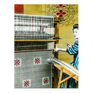 Mujer japonesa del vintage que usa un molino de postal