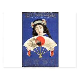 Mujer japonesa en el kimono azul que sostiene una postal