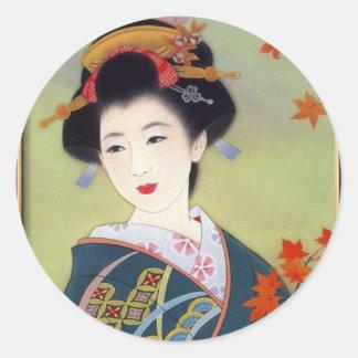 Mujer japonesa en kimono azul pegatina redonda
