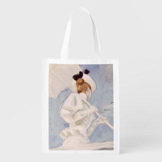Mujer joven con un parasol en un embarcadero bolsas para la compra