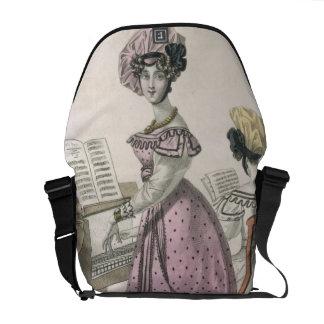Mujer joven en un vestido rosado del organdí arreg bolsa de mensajería