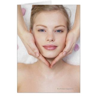 Mujer joven que consigue masaje tarjeton
