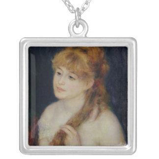 Mujer joven que trenza su pelo 1876 colgante