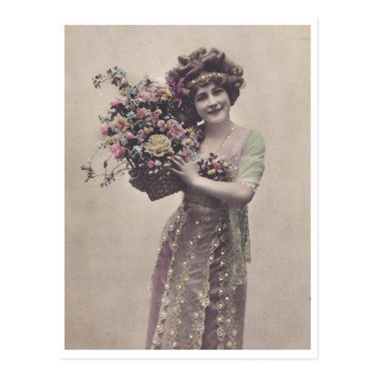 Mujer joven retra maravillosamente vestida postal