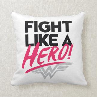 Mujer Maravilla - lucha como un héroe Cojín Decorativo