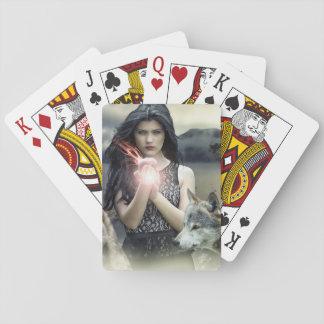 Mujer mística con los lobos y las tarjetas mágicas baraja de cartas