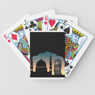 Mujer musulmán en traje negro barajas de cartas