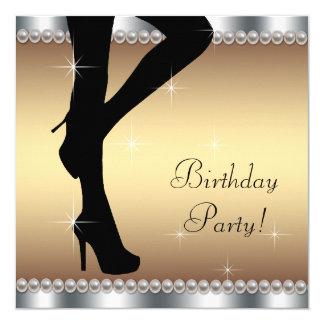 Mujer que camina en fiesta de cumpleaños invitación 13,3 cm x 13,3cm