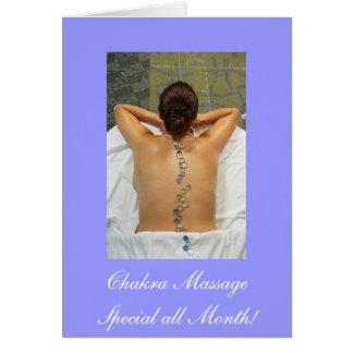 Mujer que consigue el masaje de piedra tarjetón