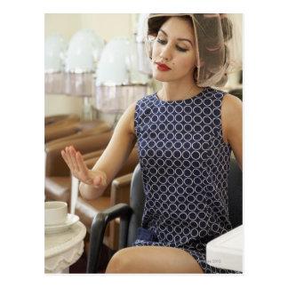 Mujer que consigue la manicura tarjetas postales