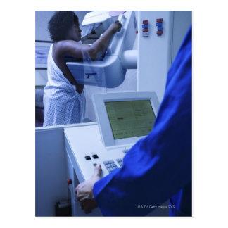 Mujer que consigue mamograma postal
