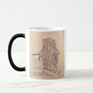 Mujer que despierta la taza