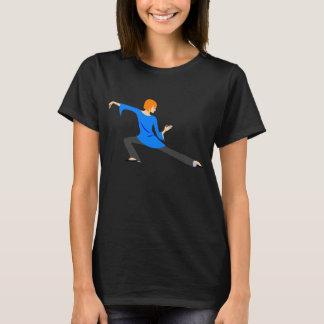 Mujer que hace la camiseta de la ji o de la yoga