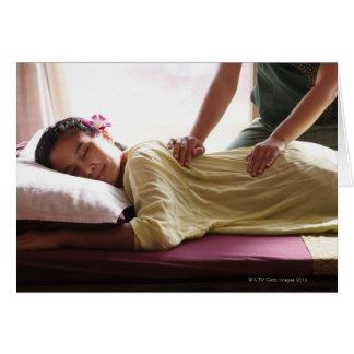 Mujer que recibe el masaje #1 tarjeta de felicitación