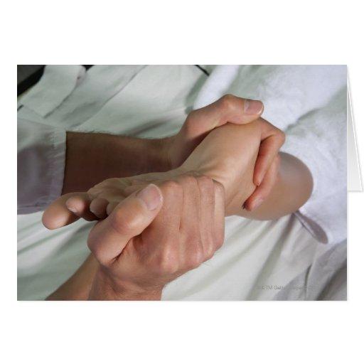 Mujer que recibe el masaje 2 del pie felicitaciones