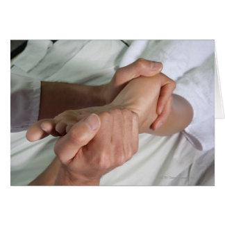Mujer que recibe el masaje 2 del pie tarjeta de felicitación