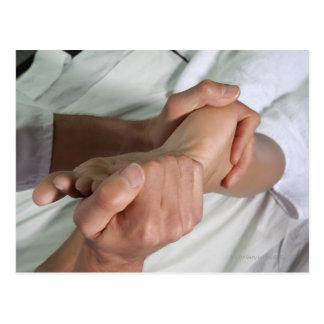 Mujer que recibe el masaje 2 del pie tarjeta postal