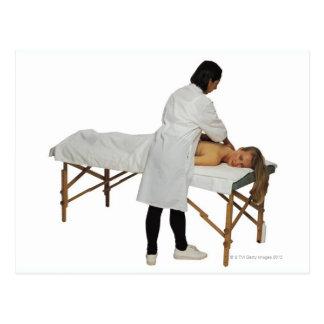 Mujer que recibe el masaje 2 postales