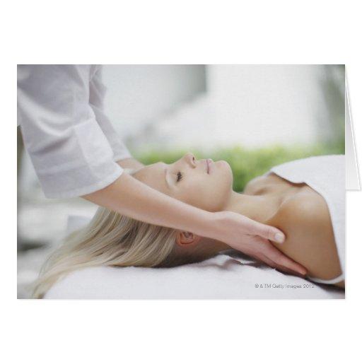 Mujer que recibe masaje tarjetón