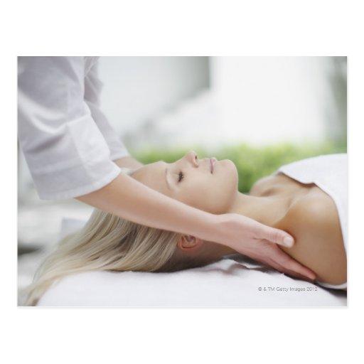 Mujer que recibe masaje tarjeta postal