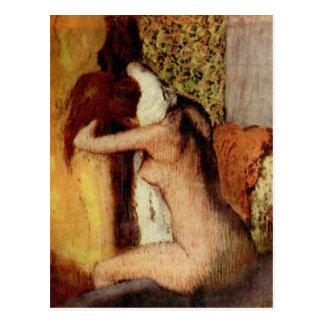 Mujer que se seca el cuello postal