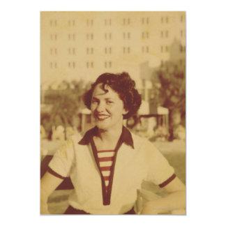 Mujer que se sienta afuera invitación 12,7 x 17,8 cm