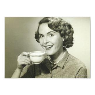Mujer que sostiene las tazas invitación 12,7 x 17,8 cm