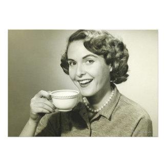 Mujer que sostiene las tazas invitacion personal