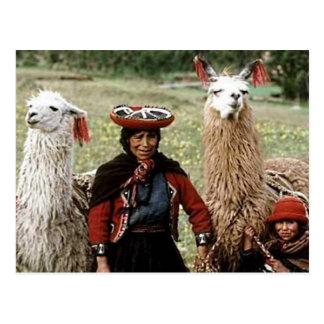 Mujer quechua con la foto de dos llamas postal