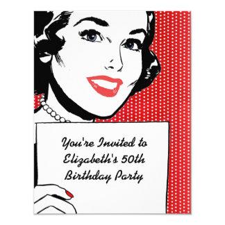 Mujer retra con un cumpleaños de la muestra comunicados personales