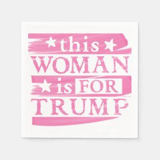 Mujer rosada para las servilletas de papel