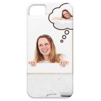 Mujer rubia que piensa en el tablero blanco funda para iPhone SE/5/5s