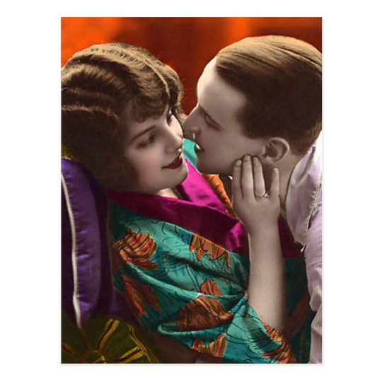 mujer y hombre del vintage en abrazo romántico postal