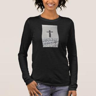 Mujeres cruzadas negras de la camisa de manga