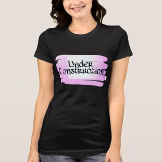 Mujeres debajo de la camiseta del jersey de la