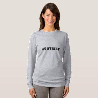 Mujeres en la camiseta de la huelga (usted merece