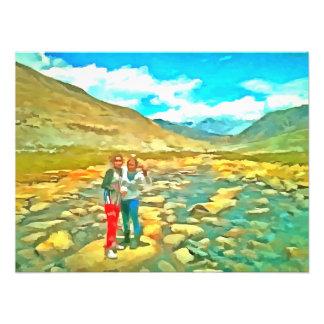 Mujeres en una corriente tocky de la montaña impresion fotografica