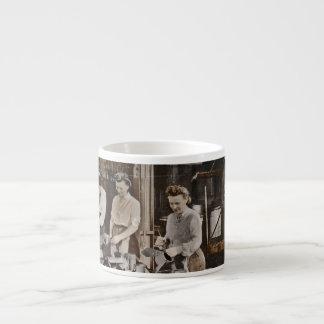 Mujeres en una planta de fabricación taza espresso