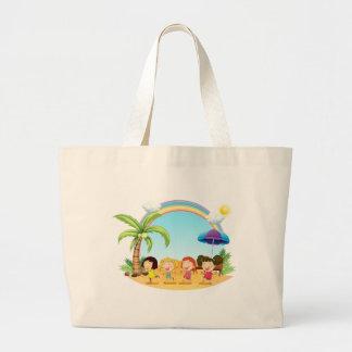 Mujeres jovenes en la playa bolsa tela grande