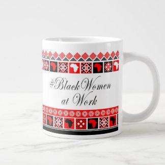 Mujeres negras en el trabajo en blanco y rojo taza de café gigante