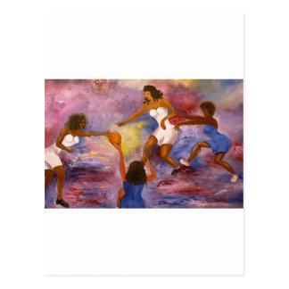 mujeres que juegan la bola de la cesta postal